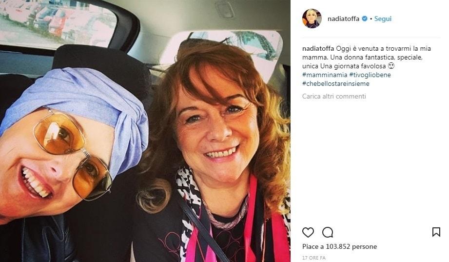 Nadia Toffa sorridente con la sua mamma: