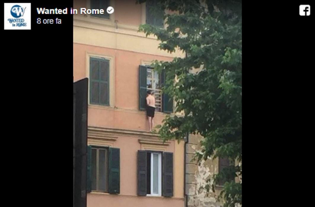 In mutande sul cornicione di una casa a roma fugge dall - Cornicione casa ...