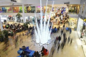Spray urticante centro commerciale