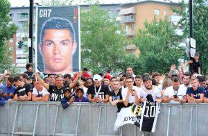 Cristiano Ronaldo-Juventus, i ragazzi del Summer Camp gli danno il benvenuto con questa coreografia