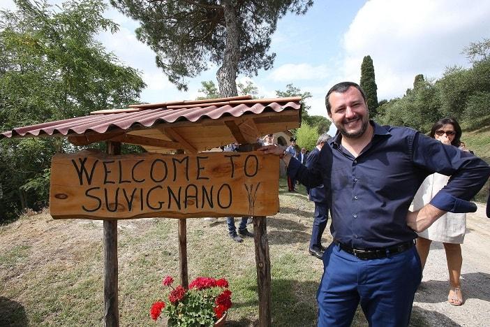 Salvini bagno in costume e cuffia nella piscina confiscata alla mafia blitz quotidiano - Piscina seven savignano ...