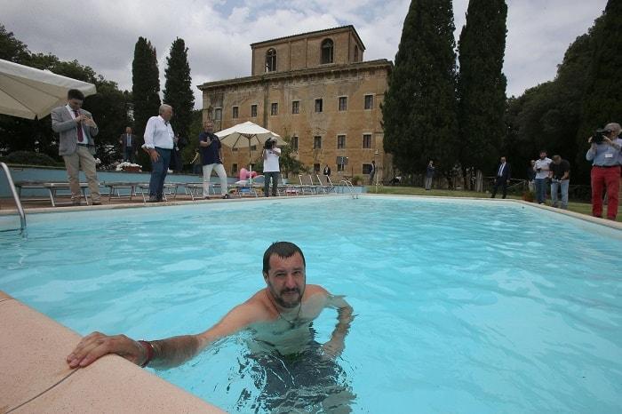 Salvini bagno in costume e cuffia nella piscina - Bagno italiano opinioni ...