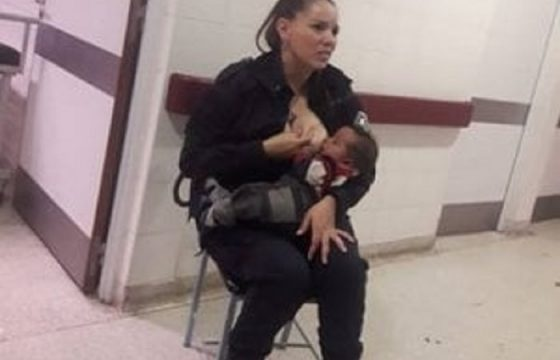 La foto della poliziotta che allatta un bambino malnutrito