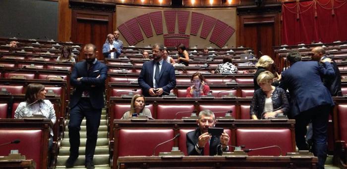 Milleproroghe s fiducia alla camera governo perde 21 voti for Si svolgono alla camera