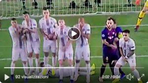 Brozovic VIDEO Barcellona-Inter: scivolata dietro la barriera sulla punizione rasoterra di Suarez