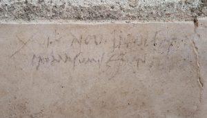 L'iscrizione a carboncino, trovata a Pompei, a supporto della teoria che la data dell'eruzione fosse ad ottobre e non ad agosto del 79 d.c. (foto Ansa)