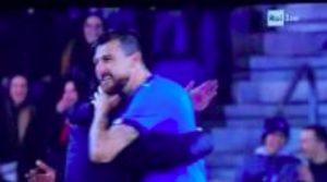 Italia-Usa, tifoso invade il campo per abbracciare Bonucci e Acerbi: la reazione social