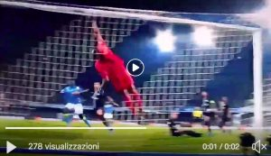 Buffon miraculous on Mertens, VIDEO of his crazy parade in Naples-Psg