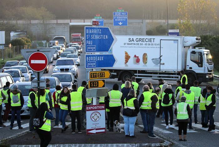Francia protesta gilet gialli un morto 409 feriti 282 arresti - Agenzie immobiliari francia ...