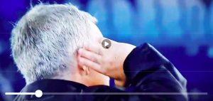 Mourinho mostra orecchio a tifosi Juventus dopo vittoria Manchester United (VIDEO)