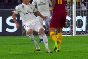 Roma-Real, mano di Vazquez: Kolarov protesta, arbitro non assegna né rigore né punizione