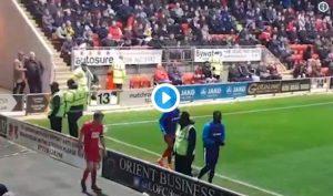 Inghilterra: calciatore si scalda a bordo campo, tifoso lo imita (VIDEO)