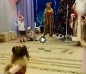 Babbo Natale Video Per Bambini.Russia Babbo Natale Muore Per Un Arresto Cardiaco Davanti Ai Bambini