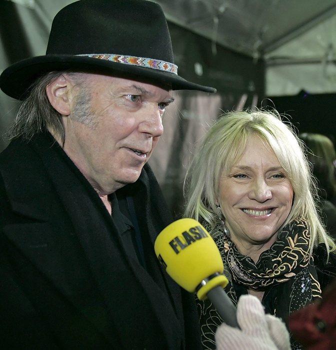 Pegi morta, addio cantante ed ex moglie Neil Young  Pegi morta, add...