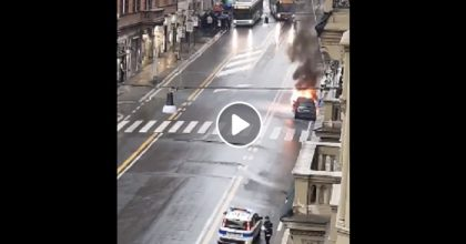 Roma: un'auto prende fuoco in via del Tritone VIDEO