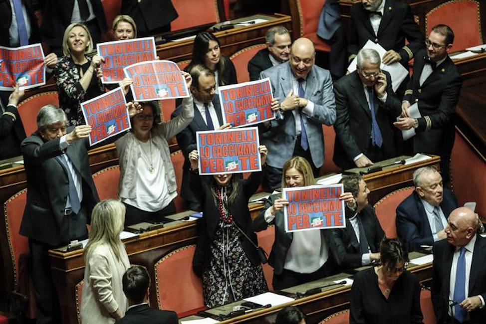 Toninelli lo facciamo per te i cartelli di forza italia for Senatori di forza italia