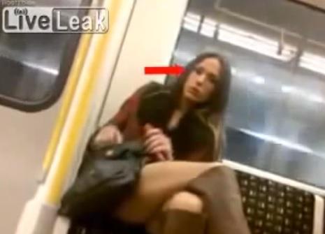 """Anche le donne guardano il """"pacco"""", video-esperimento nella metro a Londra"""