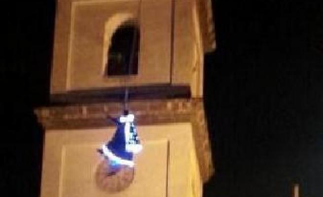"""Caserta, durante """"Volo della Befana"""" si schianta contro campanile: è grave"""