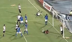 Il difensore sbaglia il gol e finisce in rete