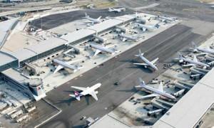 New York, aereo della Delta fuori pista: chiuso aeroporto Jfk