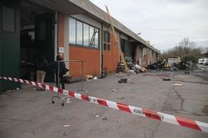 Incendio alla fabbrica dormitorio a Prato, i cinesi vivono in un capannone