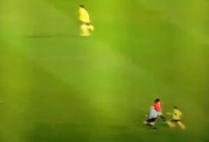 Lee Manson, l'arbitro che stende due giocatori in campo mentre corre