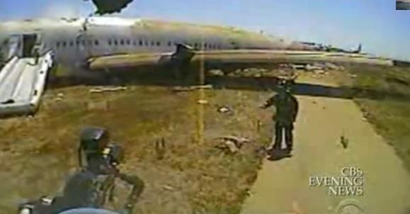 Si salva dal disastro Asiana Airlines ma muore schiacciata dai soccorsi (video)