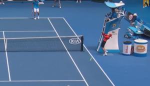 Australian Open, il tiro di Florian Mayer colpisce il raccattapalle