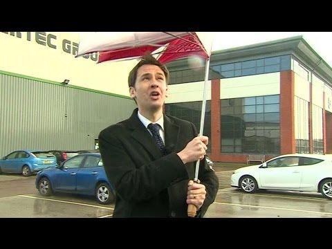 """C'è vento: il giornalista della Bbc """"litiga"""" con l'ombrello"""