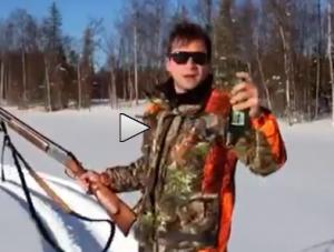 Apre la birra con il fucile e se la beve