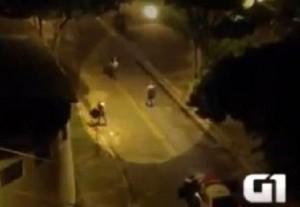 Brasile, estrae la pistola e la polizia lo crivella di colpi (video)
