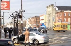 Va a sbattere contro un fast food, esce dall'auto e si spoglia nudo