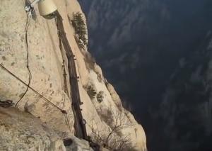 Cina, l'arrampicata sull'Hua: il monte sacro è tra i più pericolosi al mondo