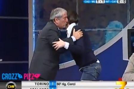 Tiziano Crudeli bacia Lara Comi dopo il pareggio di Balotelli (video)