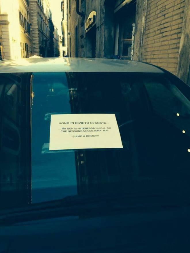 """Roma, sfida ai vigili: """"Parcheggio in divieto, tanto nessuno mi multa"""" (foto)"""
