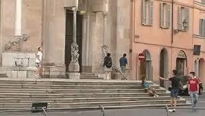 Firenze, urina sul sagrato del Duomo. Foto su Facebook lo incastra