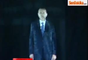 Erdogan parla a Smirne attraverso il suo ologramma