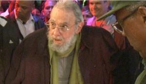 Fidel sconfitto dal tempo: un bastone, lo sguardo incerto