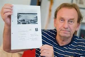 Gunter Zettl con la fotocopia della cartolina