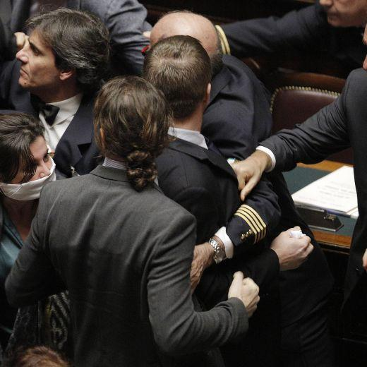 """Deputati M5s e Fratelli d'Italia occupano i banchi del governo dopo la """"tagliola"""" della Boldrini"""