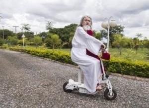 Inri Cristo esiste e vive in Brasile. Ha 66 anni e molte donne...