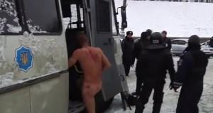 Kiev, manifestante costretto dagli agenti a stare nudo a -10° (video)