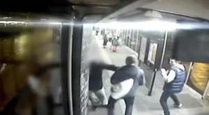 Manchester, sordo di 66 anni picchiato da baby gang alla fermata del bus