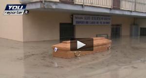 Modena, bara galleggia in strada dopo l'alluvione