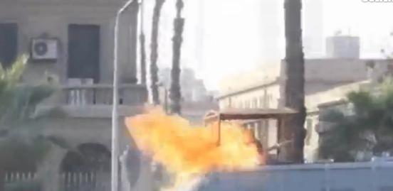 Il Cairo, molotov colpisce in pieno un poliziotto