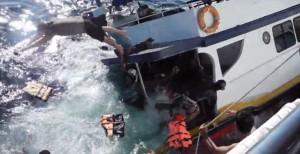 Thailandia, barca di turisti affonda: tutti salvi, il video choc