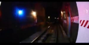 New York, viaggia fuori dal vagone della metro sul ponte di Williamsburg