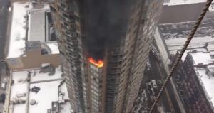 New York, incendio in un grattacielo a Manhattan. Due feriti (video)