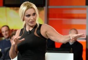 Paola Ferrari, sotto choc per scherzo-aggressione Le Iene: è svenuta (foto Ansa)