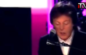 Paul McCartney e Ringo Starr insieme sul palco del Grammy Awards
